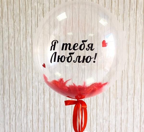 Прозрачный шар Bubble с красными перьями 61 см.